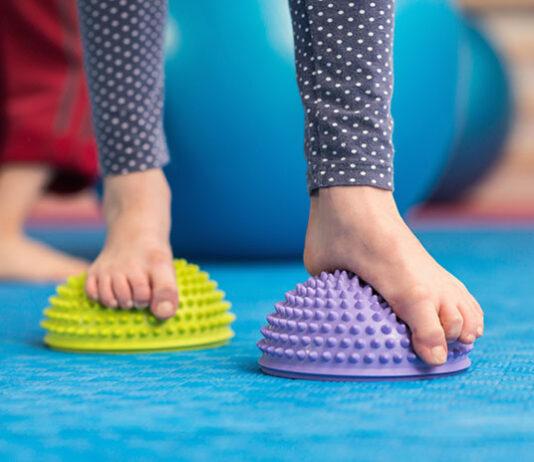 Płaskostopie - dziecko podczas ćwiczeń na płaskostopie